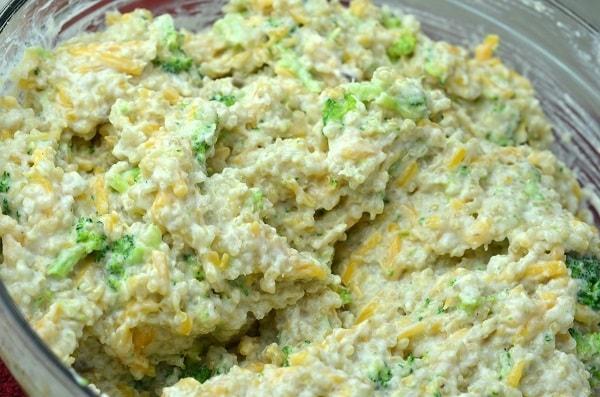 broccoli, quinoa, cream of mushroom soup, cheddar cheese,milk, and garlic powder in a glass dish