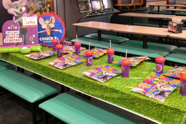 a table decorated for a party at Chuck E. Cheese
