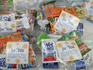 Use these simple blessing bag ideas to make care packages for homeless in your community. This is a wonderful family or group random acts of kindness idea.