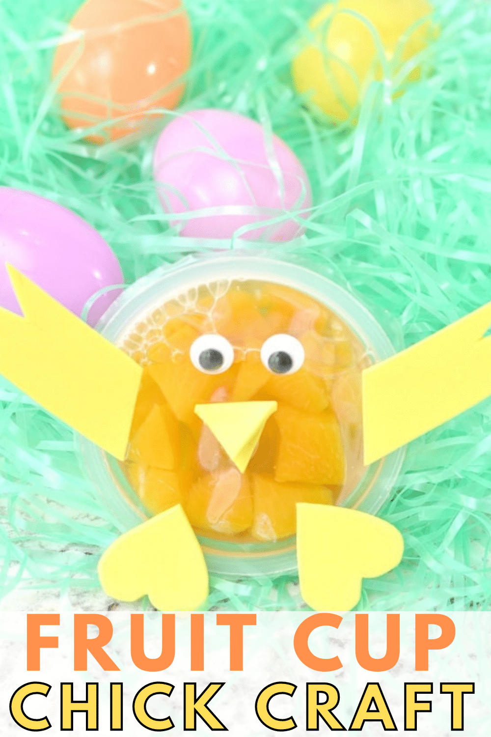 This fruit cup chick craft is so easy and the perfect way to brighten your child's day when you hide it in the lunchbox! #snacks #lunchboxideas #crafts via @wondermomwannab