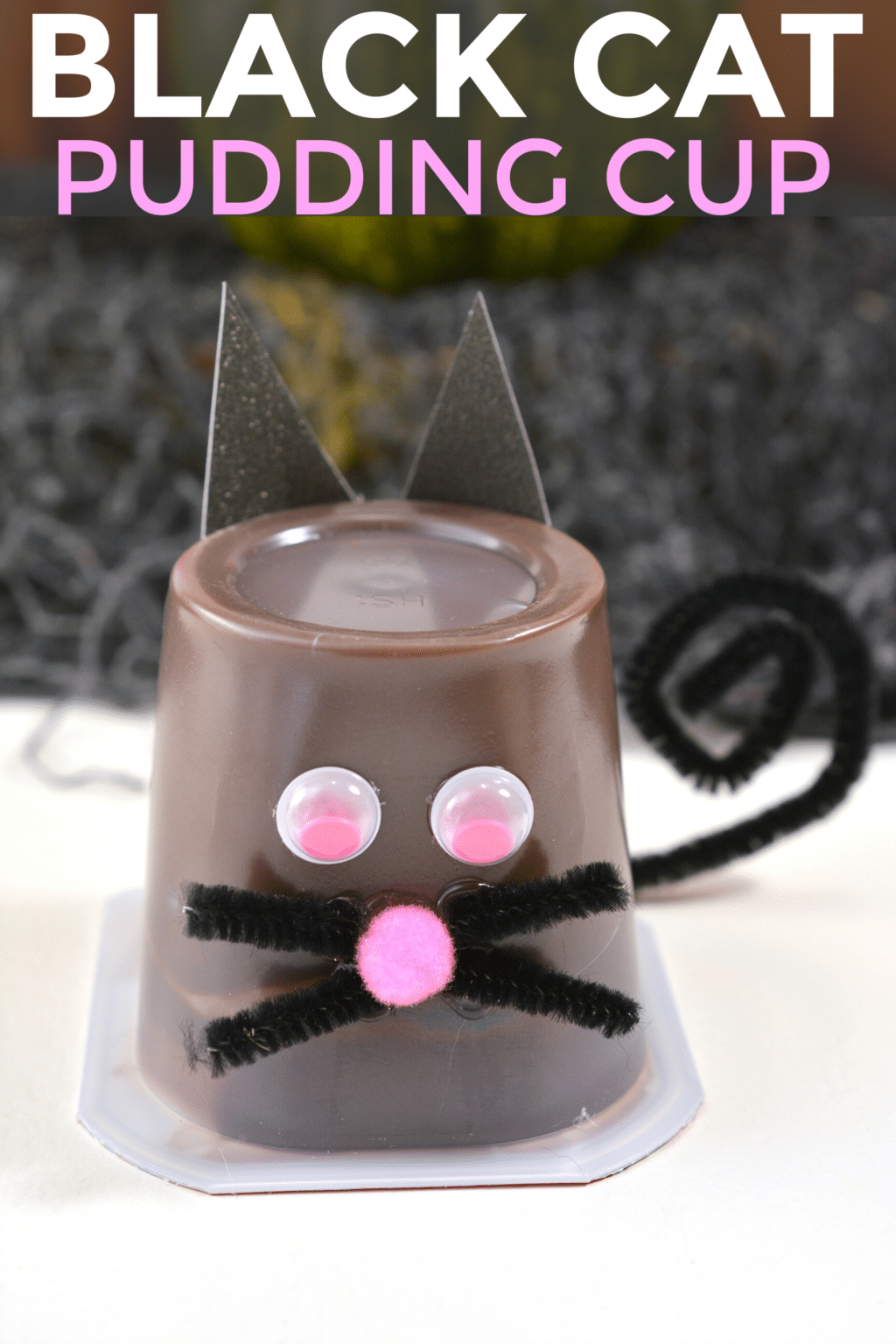 This black cat pudding cup is such a fun Halloween treat idea and it's super easy! #Halloween #treats #crafts #funfood