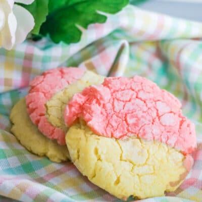 strawberry lemonade crinkle cut cookies close up